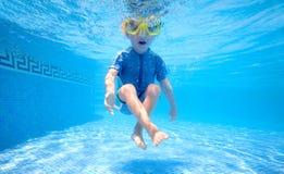 pojke som leker undervattens- barn Fotografering för Bildbyråer