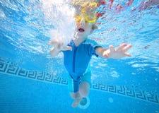 pojke som leker undervattens- barn Arkivfoto