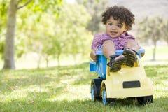 pojke som leker utomhus toybarn Arkivbilder