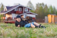 Pojke som ligger på gräset Fotografering för Bildbyråer