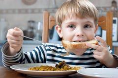 pojke som little äter Arkivbild