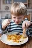 pojke som little äter Arkivfoton