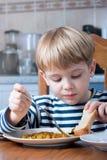 pojke som little äter Arkivfoto