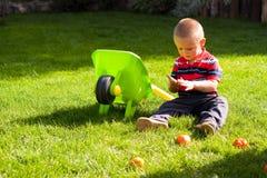 pojke som little arbeta i trädgården Royaltyfri Foto