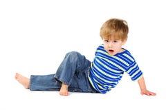 pojke som little gör elasticiteter Arkivfoto