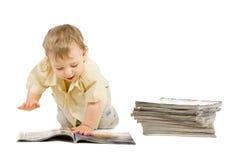 pojke som little tidskrift läser Arkivfoto