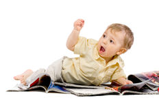 pojke som little tidskrift läser Royaltyfri Bild