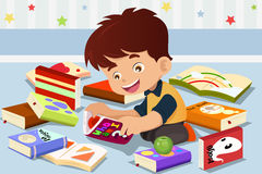Pojke som läser en bok Arkivfoto