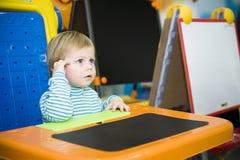 pojke som lyssnar Arkivbild