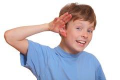 pojke som lyssnar Arkivfoton