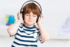 Pojke som lyssnar till musik royaltyfri bild