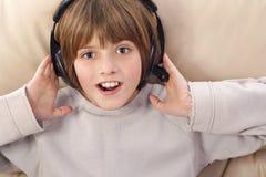 pojke som lyssnar till musik royaltyfria foton