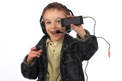 Pojke som lyssnar till musik på vit bakgrund Fotografering för Bildbyråer
