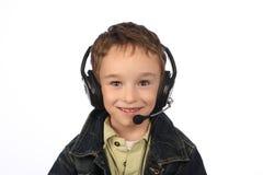 Pojke som lyssnar till musik på vit bakgrund Arkivbild