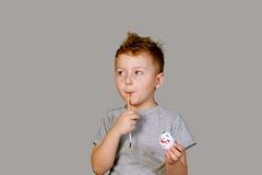 Pojke som målar ett påskägg Arkivbild