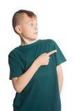 Pojke som pekar hans finger till sidan Arkivfoton