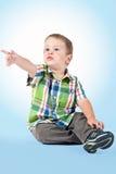 pojke som pekar något som är ung Arkivfoto