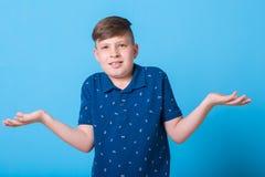 Pojke som pekar på Arkivbilder