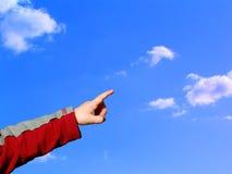 pojke som pekar skyen Arkivbild