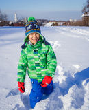 Pojke som plaing i snön Arkivbild