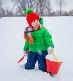 Pojke som plaing i snön Royaltyfri Foto