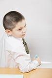 Pojke som plattforer på whiteboarden Royaltyfri Foto