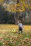 Pojke som play bollen Royaltyfria Bilder