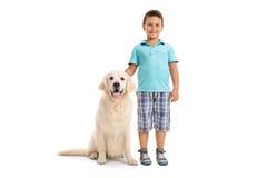 Pojke som poserar samman med en hund Fotografering för Bildbyråer