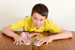 Pojke som proudly visar hans pengar royaltyfri bild