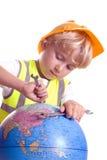 pojke som reparationr vår värld Royaltyfri Bild