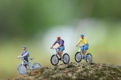 Pojke som rider upp ett cykelslut arkivfoto