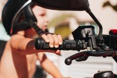 Pojke som rymmer cykelstyrningen Royaltyfria Foton