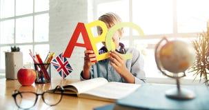Pojke som rymmer den engelska bokstavsståenden arkivfilmer