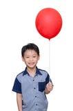 Pojke som rymmer den röda ballongen Arkivbilder