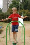 Pojke som rymmer en jämvikt Fotografering för Bildbyråer