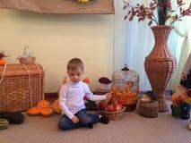 pojke som rymmer en korg av äpplen Royaltyfri Bild
