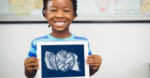 Pojke som rymmer en minnestavla med skolasymboler på skärmen Royaltyfria Bilder