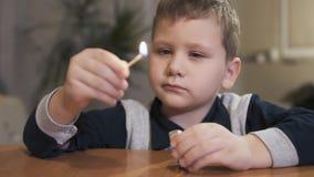 Pojke som rymmer en säkerhetsmatch och ser flamman långsam rörelse lager videofilmer