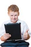 Pojke som rymmer en tabletdator Arkivbilder