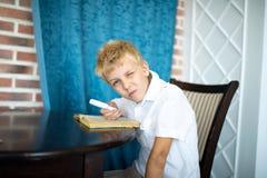 Pojke som rymmer ett förstoringsglas royaltyfria foton
