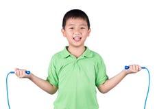 Pojke som rymmer ett hopprep isolerat på vit bakgrund Arkivfoto