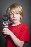 Pojke som rymmer ett leksakutrymmevapen Arkivfoto