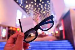 Pojke som rymmer exponeringsglas 3D och biljetter Royaltyfri Fotografi
