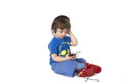 pojke som rymmer little spelare mp3 arkivbild