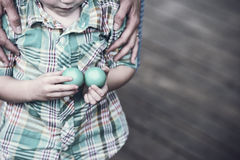 Pojke som rymmer två påskägg - Retro Royaltyfri Bild