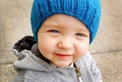 pojke som sött ler Arkivbild