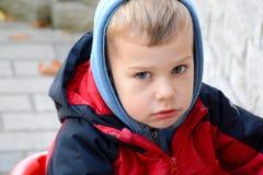 Pojke som ser den ledsna yttersidan i förkylningen Arkivbilder