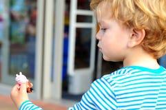 Pojke som ser hans leksak Royaltyfri Bild