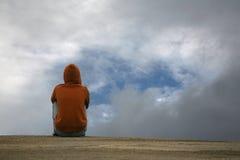 pojke som ser skyen till Arkivfoton