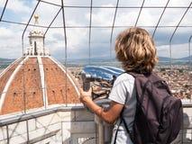 Pojke som ser till och med kikare för en sight kupolen av Basilic arkivbilder